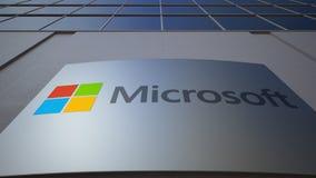 Tablero al aire libre de la señalización con el logotipo de Microsoft Edificio de oficinas moderno Representación editorial 3D almacen de metraje de vídeo