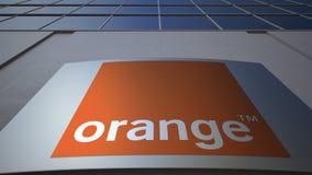 Tablero al aire libre de la señalización con S anaranjado A LOGOTIPO Edificio de oficinas moderno Representación editorial 3D Imagen de archivo