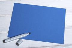Tablero azul en blanco con el marcador Fotos de archivo