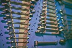 Tablero azul en el taller del motor de la nave con diversos tipos plent de herramientas fotografía de archivo libre de regalías