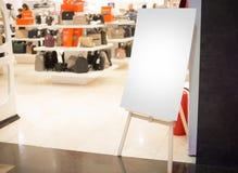 Tablero blanco en el centro comercial Fotografía de archivo libre de regalías