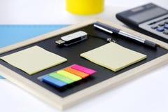 Tablero, caculator, cojines de nota y pluma fotografía de archivo