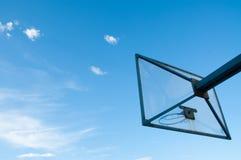 Tablero claro del baloncesto fuera de un cielo abierto Foto de archivo