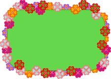 Tablero con el marco hecho de las flores aisladas Imágenes de archivo libres de regalías