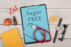 tablero con el texto y x22; Free& x22 del azúcar; , píldoras, estetoscopio, lentes y reloj Fotos de archivo