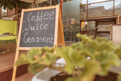 Tablero con la muestra de la cafetería Fotos de archivo