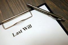 Tablero con la voluntad pasada y pluma en el escritorio foto de archivo libre de regalías