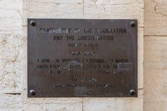 Tablero con las horas de trabajo atadas en la entrada a la iglesia de la condenación y de la imposición de la cruz cerca de Lion  fotografía de archivo libre de regalías