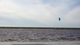 Tablero con un paracaídas en el mar almacen de metraje de vídeo