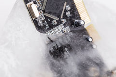 Tablero congelado del electonics para la PC en hielo foto de archivo