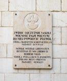 Tablero conmemorativo del granito con las inscripciones en polaco y latín en la pared de la iglesia del ` s de San José en la ciu Imagen de archivo