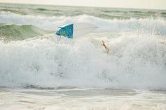 Tablero corto para el patinaje dinámico en ondas en vuelo sobre las ondas después de la caída de la persona que practica surf Foto de archivo