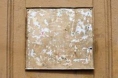 Tablero cuadrado del boletín del vintage con el espacio de la copia fondo sucio envejecido de la pared de la calle foto de archivo