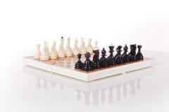 Tablero de ajedrez en el fondo blanco Imagenes de archivo