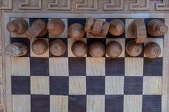 Tablero de ajedrez antiguo con las figuras La visión desde la tapa imagen de archivo