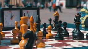 Tablero de ajedrez con el reloj y las figuras del ajedrez Competencias en inspectores entre niños almacen de metraje de vídeo