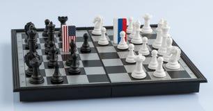 Tablero de ajedrez con las banderas de países imagen de archivo