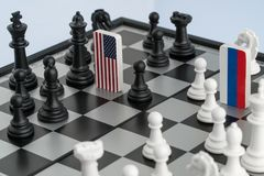 Tablero de ajedrez con las banderas de países imagenes de archivo