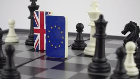 Tablero de ajedrez con las banderas de países almacen de metraje de vídeo