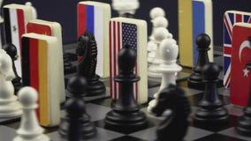 Tablero de ajedrez con las banderas de países almacen de video