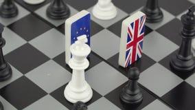 Tablero de ajedrez con las banderas de pa?ses metrajes