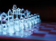 Tablero de ajedrez con las figuras de cristal Imagen de archivo libre de regalías