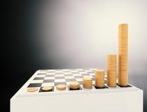 Tablero de ajedrez con las pilas crecientes de las monedas de la altura Imágenes de archivo libres de regalías