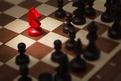 Tablero de ajedrez con los pedazos de ajedrez foto de archivo libre de regalías