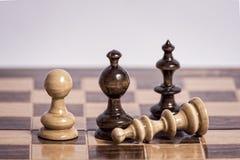 Tablero de ajedrez con los pedazos de madera Imagen de archivo libre de regalías