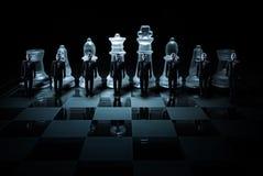 Tablero de ajedrez de cristal - sitio de los campesinos del hombre de negocios imagenes de archivo