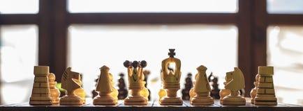 Tablero de ajedrez de madera con los pedazos de madera Imagenes de archivo