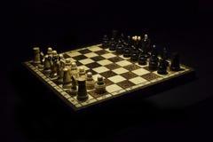 Tablero de ajedrez de madera con los pedazos de madera Fotografía de archivo