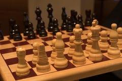 Tablero de ajedrez de madera en ángulo fotografía de archivo libre de regalías