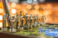 Tablero de ajedrez de Elegante con las piezas de ajedrez de cobre amarillo - foto con selectivo Imágenes de archivo libres de regalías