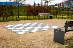 Tablero de ajedrez grande en el parque Foto de archivo libre de regalías