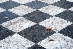 Tablero de ajedrez pintado en la tierra del asfalto Fotos de archivo