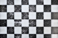 Tablero de ajedrez viejo en el top imagenes de archivo