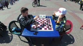 Tablero de ajedrez y figuras Competencias en inspectores entre niños almacen de metraje de vídeo
