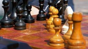 Tablero de ajedrez y figuras Competencias en inspectores entre niños metrajes