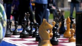 Tablero de ajedrez y figuras Competencias en inspectores entre niños almacen de video