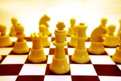 Tablero de ajedrez y pedazos amarillos Foto de archivo libre de regalías