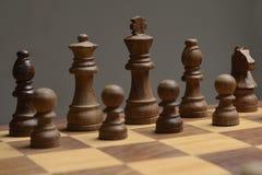 Tablero de ajedrez y pedazos de madera Imagen de archivo libre de regalías