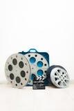 Tablero de chapaleta de la película y carretes del cine de 35 milímetros Imágenes de archivo libres de regalías