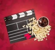 Tablero de chapaleta de la película, caja de palomitas y película Imagen de archivo libre de regalías
