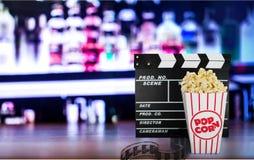 Tablero de chapaleta de la película, caja de palomitas y película Fotos de archivo