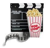 Tablero de chapaleta de la película, caja de palomitas y película Imagenes de archivo