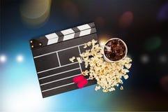 Tablero de chapaleta de la película, caja de palomitas y cola Fotos de archivo