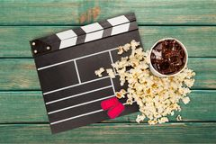 Tablero de chapaleta de la película, caja de palomitas y cola Imagen de archivo