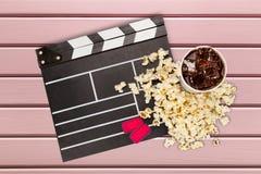 Tablero de chapaleta de la película, caja de palomitas y cola Imagen de archivo libre de regalías