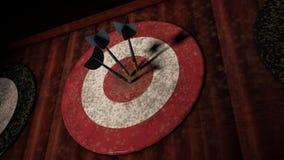 Tablero de dardo rojo con 3 flechas del dardo que golpean la blanco fotografía de archivo libre de regalías